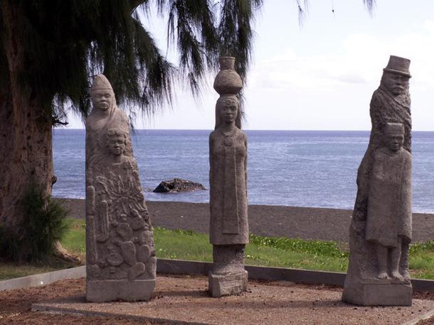 Stéles de Saint Paul: la route de l'esclavage entre Fort Dauphin, à Madagascar et Saint Paul.