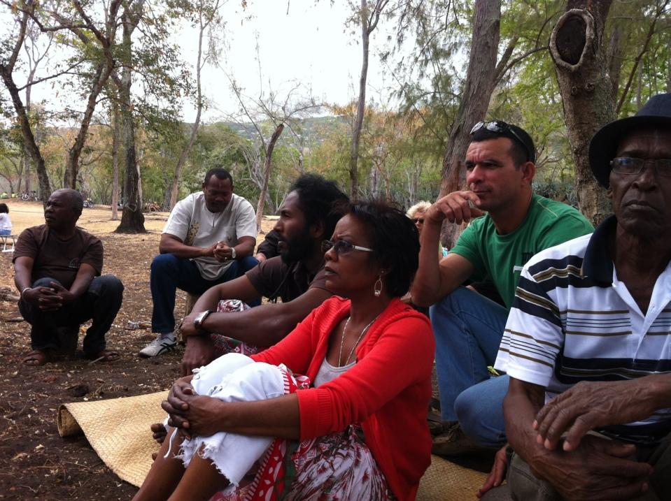 Des participants à l'ecoute de notre zarboutan: madame Baba
