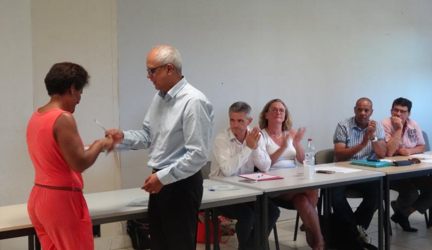 Le Président du Coparef, Didier Fauchard, remettant les premiers certificats CLEA