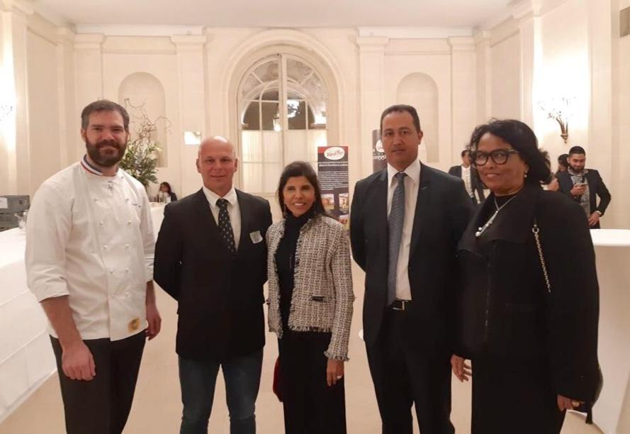 De gauche à droite : Romain Le boeuf, Michael Payet (administrateur de la Sica Revia), Nassimah Dindar, Sénatrice de La Réunion, Olivier Robert, Président de la Sica Revia, Béatrice Sigismeau, 2e Vice Présidente du Conseil Départemental de La Réunion
