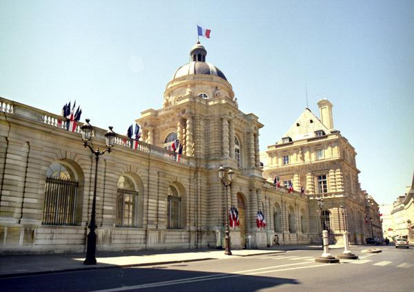 Le président du Sénat demande la suspension de la réforme territoriale à François Fillon