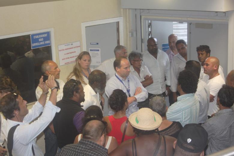 Grève à Carrefour : les politique y font aussi leurs courses (ou pas) !