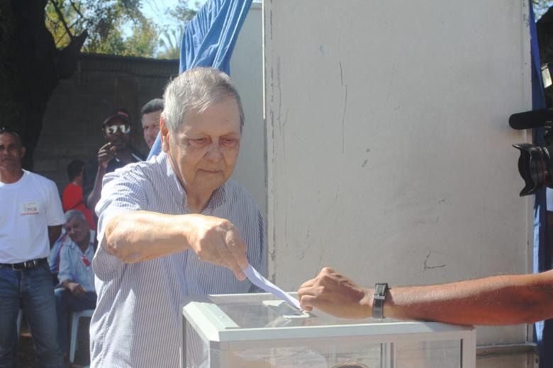 Paul Vergès ne bat pas en retraite, car il maintient l'unité du PCR et des communistes