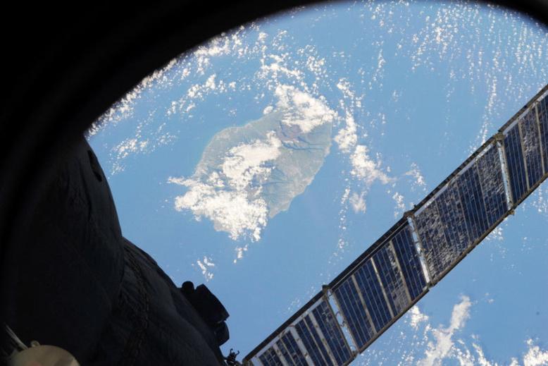 Photographie de La Réunion prise par Pavel Vinogradov depuis la Station Spatiale Internationale le mardi 9 avril 2013 à 15h56