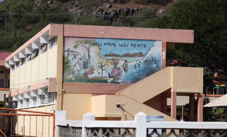 NOU PAYS NOU FIERTE - Fronton d'une école à Port Mathurin - Rodrigues