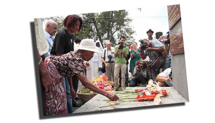 Mme Baba et Aline Murin Hoarau dans la continuité des rites ancestraux. Photo Témoignages