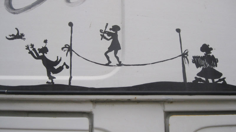 Sur son violon miteux, Joe fait des canards et Krapov court derrière tandis qu'au Gaumont on passe des navets.
