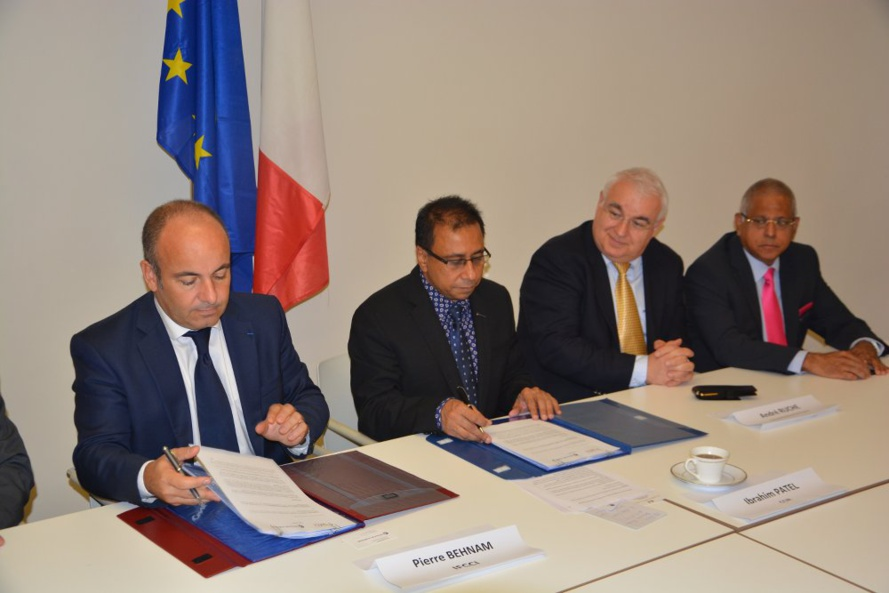 de gauche à droite  Pierre Behnam - Président de l'IFCCI Ibrahim Patel - Président de la CCI Réunion  André Ruche - Consul de France Younous Vally - Secrétaire du bureau de la CCI Réunion 