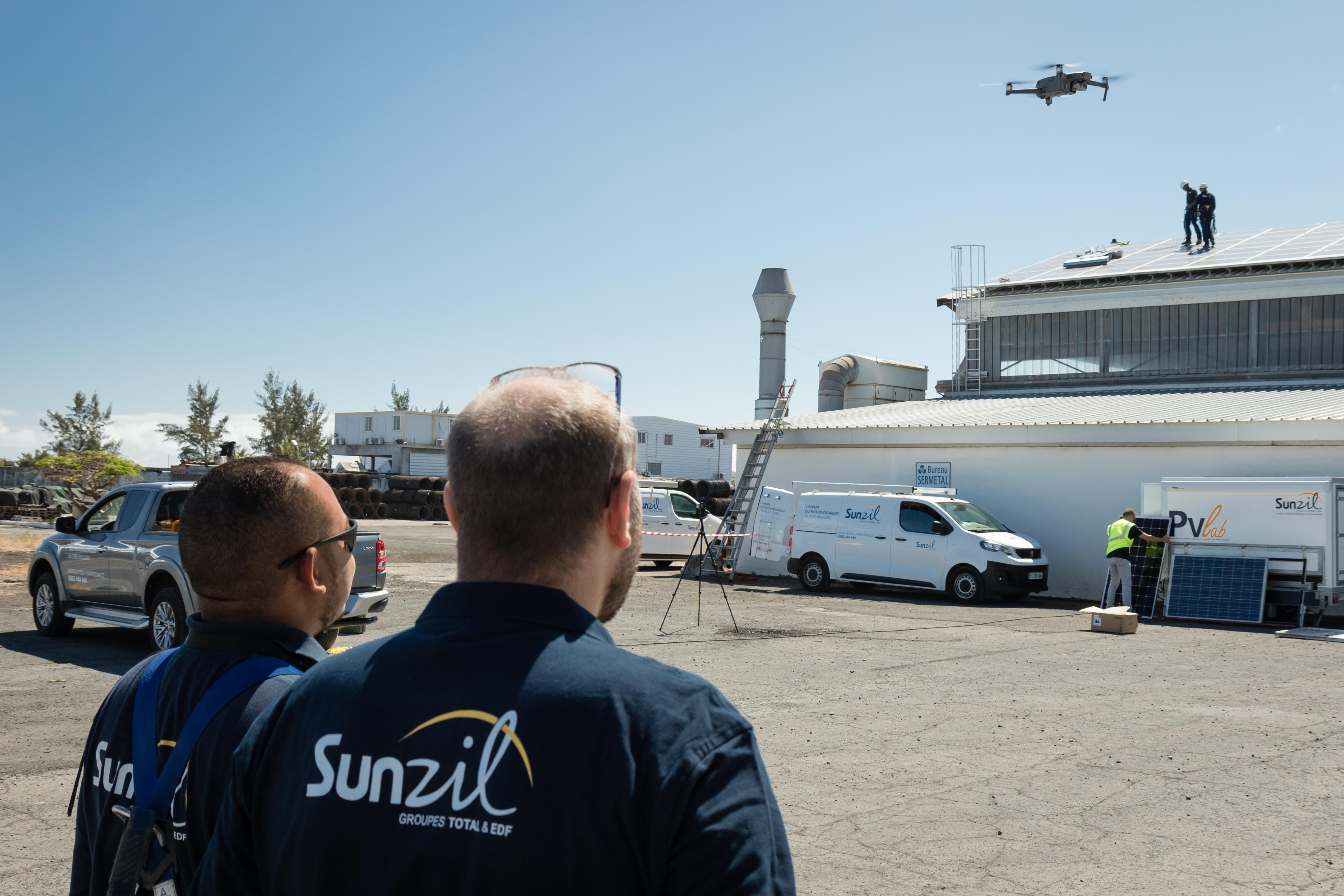 Équipe Sunzil en cours d'opération d'inspection thermographique par drone