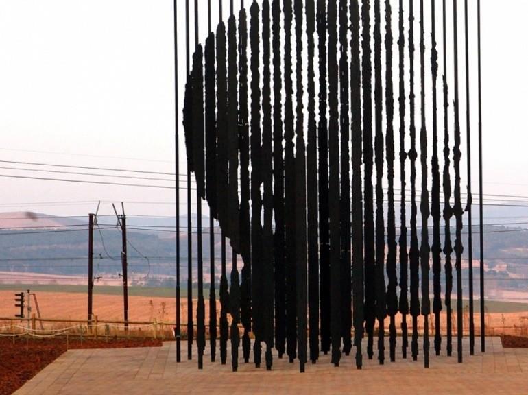 Marco Cianfanelli a érigé ce monument pour le 50ème anniversaire de la capture de Nelson Mandela par la police de l'apartheid en 1962