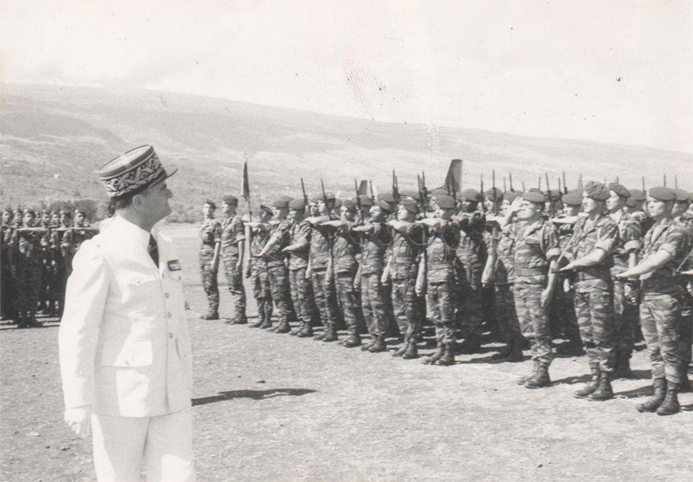 Revue des troupes avant le défilé sur la base Aérienne 181 d'IVATO en 1973.