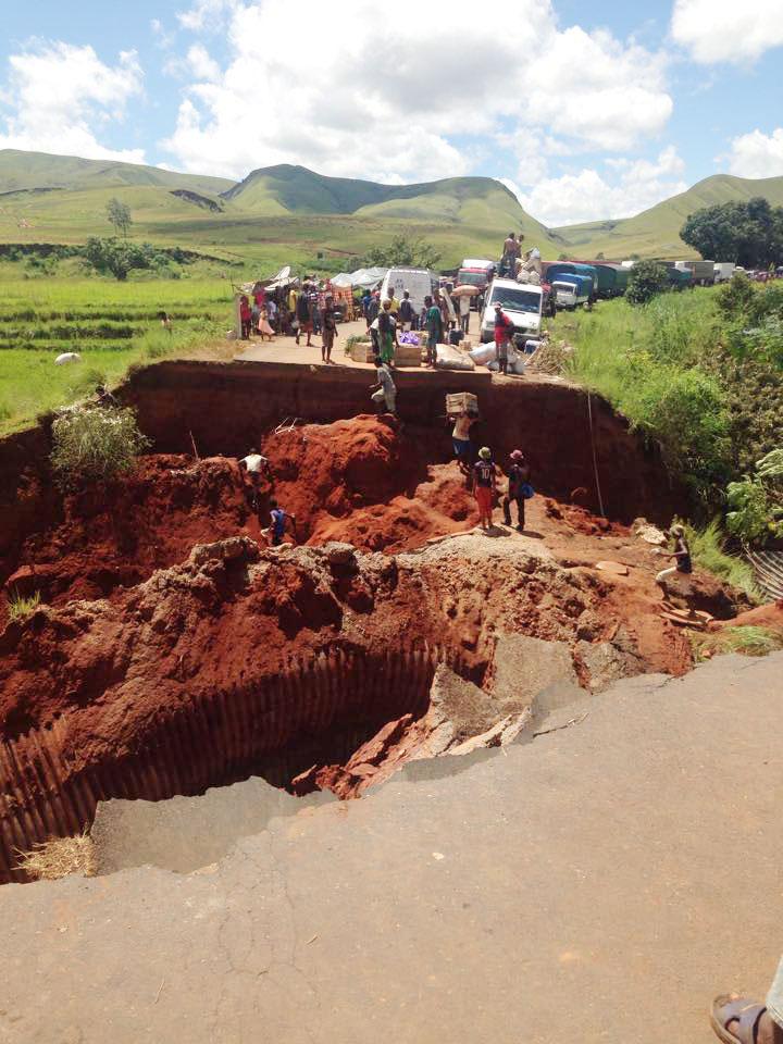 Morondava coupé du reste de Madagascar par un énorme trou