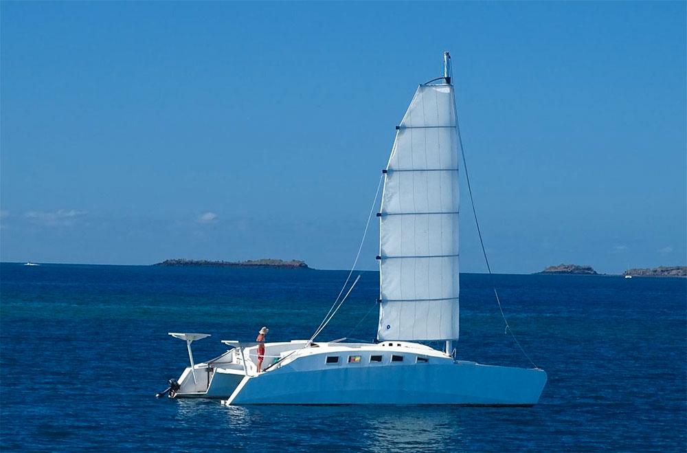 Dispositif de recherche déployé pour secourir deux naufragés à la dérive sur une coque de catamaran au large de Mayotte