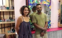L'artiste Sely devant son oeuvre et Nono, l'un des Portois qui a participé à la fabrication et à l'installation de l'oeuvre